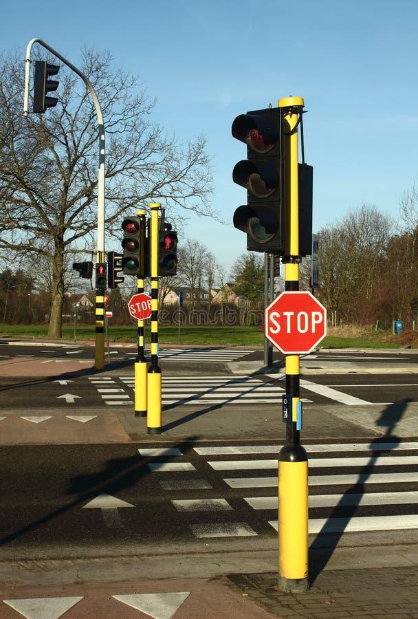 Zebrapad, eindetekens en verkeerslichten stock afbeelding