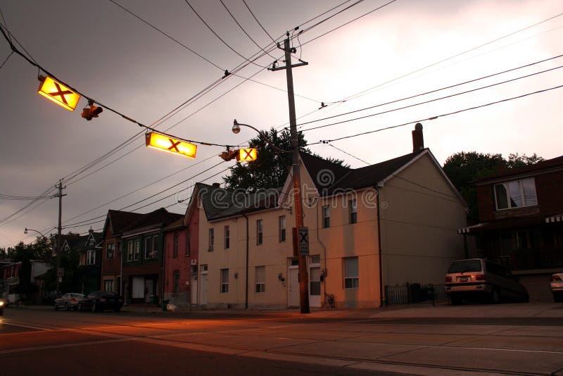 Zebrapad met huizen stock afbeeldingen