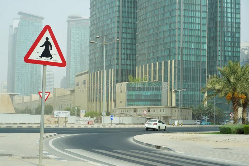 Zebrapadteken van de mens in thobe in Doha Qatar stock foto