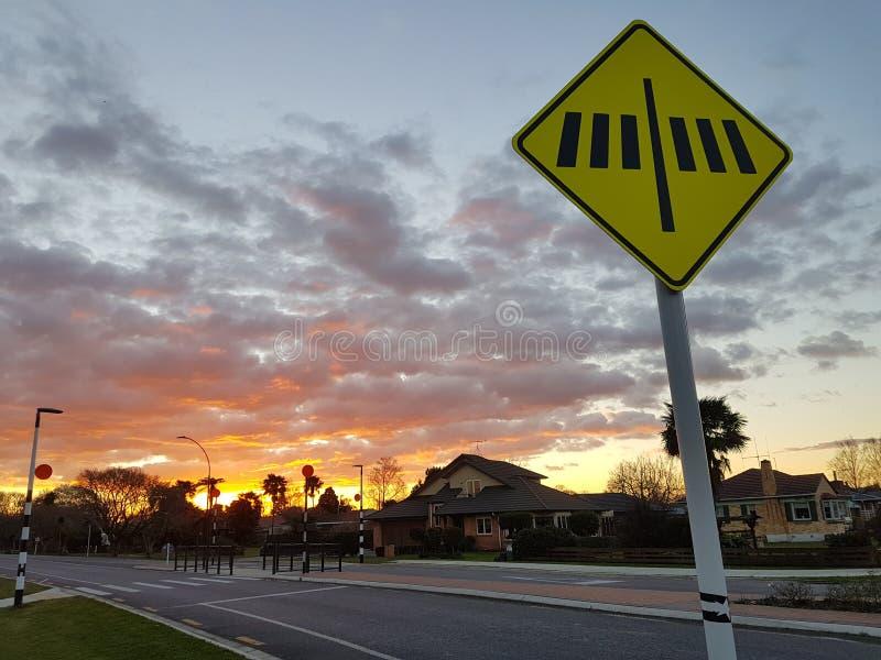 Zebrastreifen Zeichen auf der Straße lizenzfreie stockbilder