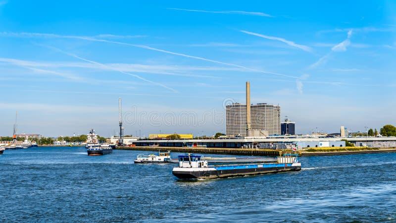 Zee- schepen in de bezige haven van Rotterdam stock fotografie