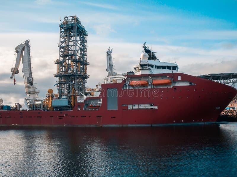 Zee seismisch schip of schip voor het zoeken van olie in haven Booreiland en kraan op achtergrond royalty-vrije stock foto