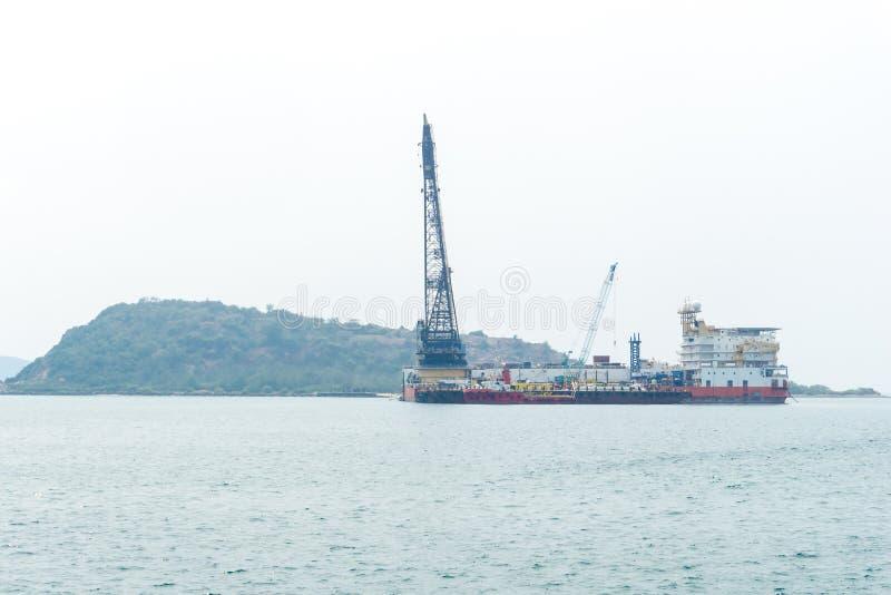 Zeeaken met kraan en Platform de meertrosne van het Leveringsschip royalty-vrije stock foto
