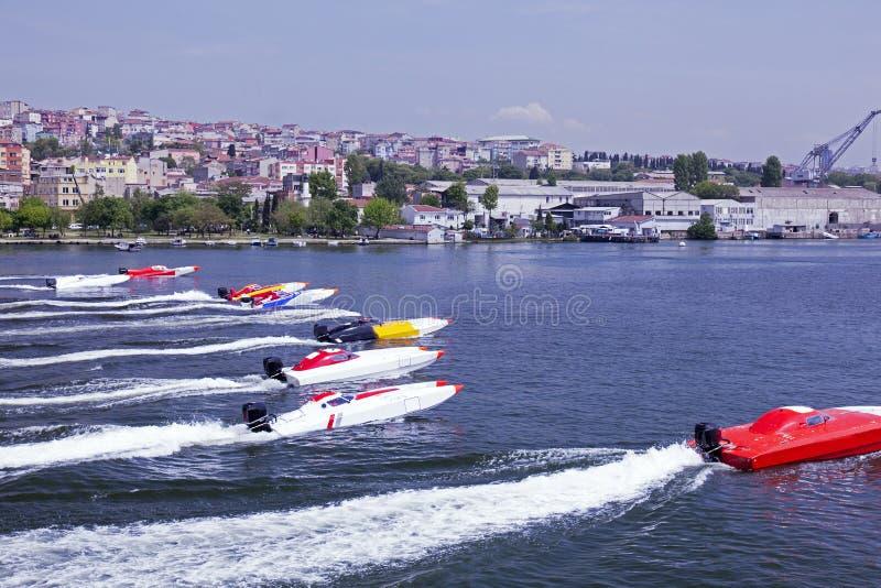 Zeeboot die in Gouden hoorn, Istanboel rennen stock foto