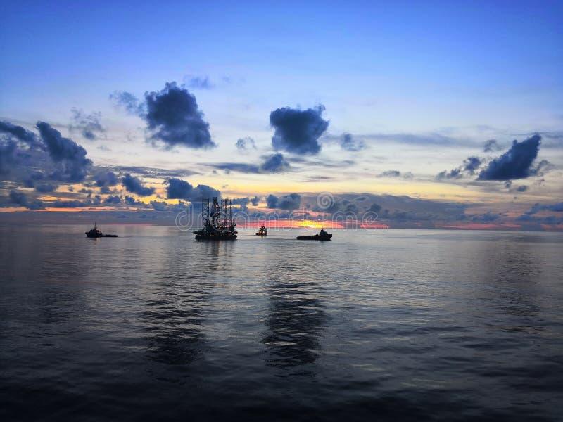 Zeeboring bij zonsondergang stock afbeelding