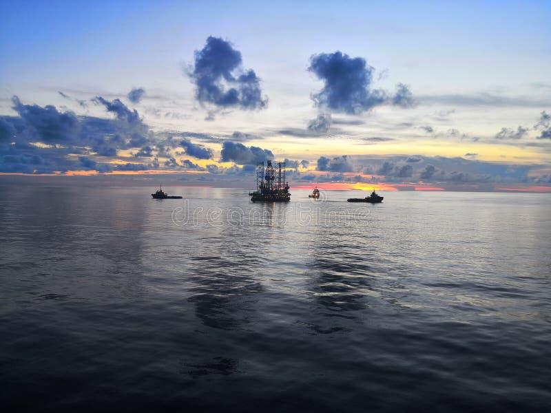 Zeeboring bij zonsondergang royalty-vrije stock afbeelding