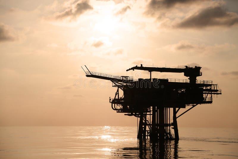 Zeebouwplatform voor productieolie en gas Olie en gas de industrie en het harde werk Productieplatform en verrichting stock foto