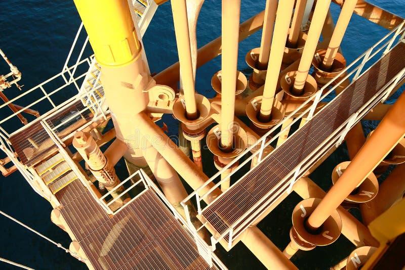 Zeebouwplatform voor productieolie en gas Olie en gas de industrie en het harde werk Productieplatform en verrichting royalty-vrije stock foto