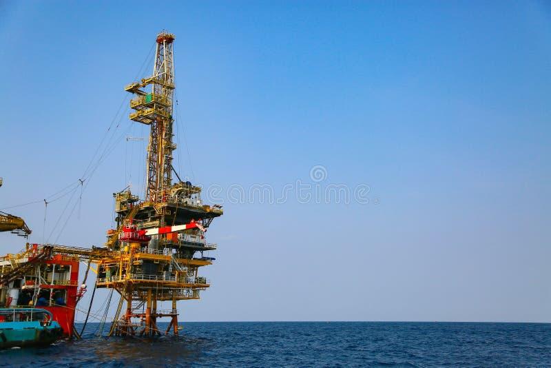 Zeebouwplatform voor productieolie en gas Olie en gas de industrie en het harde werk Productieplatform en verrichting stock foto's