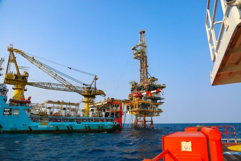 Zeebouwplatform voor productieolie en gas Olie en gas de industrie en het harde werk Productieplatform en verrichting royalty-vrije stock afbeeldingen