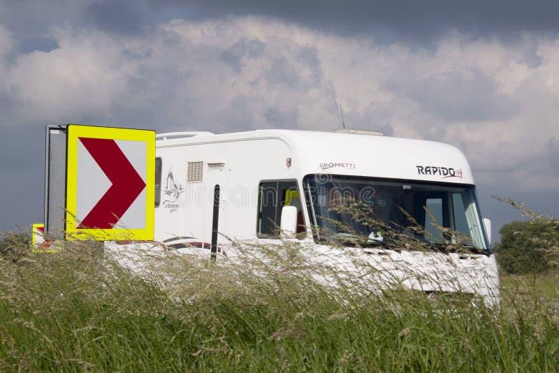 Zeedijk的露营车 免版税库存图片