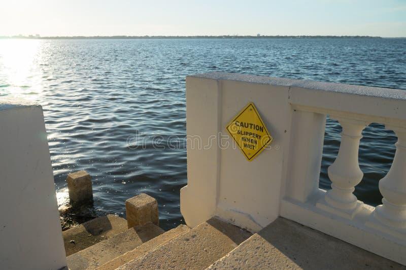 Zeedijktreden die neer tot de waterkant leiden stock foto