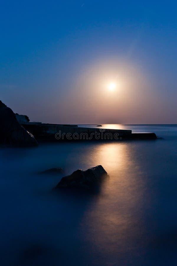 Zeegezicht bij nacht Het kustlijnmaanlicht royalty-vrije stock foto