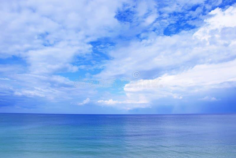 Zeegezicht Blauwe Hemel met Wolken van de Overzeese de Foto Weergevenvoorraad royalty-vrije stock foto's