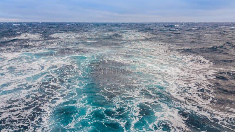 Zeegezicht De storing van het water van het overzeese schip aan t stock afbeelding