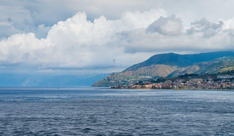 Zeegezicht in de Straat van Messina met Villa San Giovanni Calabrië, zuidelijk Italië royalty-vrije stock foto's