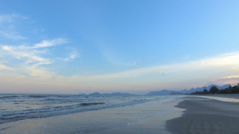 Zeegezicht en berg met schoonheidsstrand in panoramamening stock fotografie