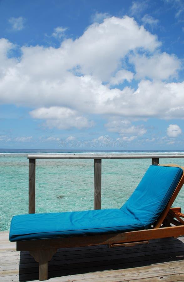 Zeegezicht en clouscape van villa in de Maldiven stock foto
