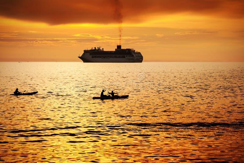 Zeegezicht met boot en kleurrijk van zonsondergang stock afbeeldingen