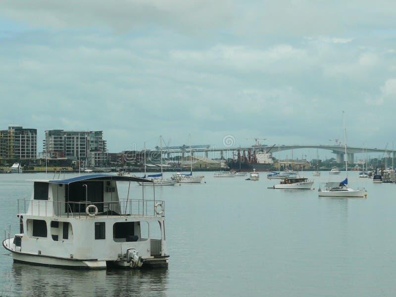 Zeegezicht met brug en kust met woonhuizen en haven royalty-vrije stock foto