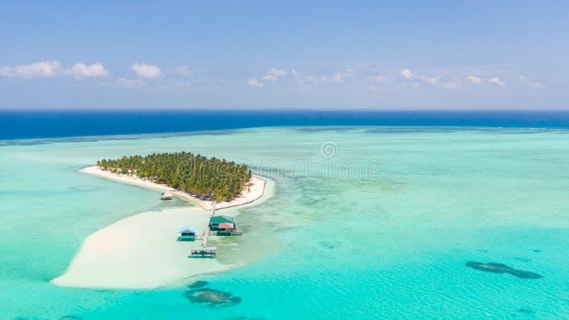 Zeegezicht met een paradijseiland Onokeiland Balabac, Filippijnen Een klein eiland met een wit zandig strand en bungalowwen royalty-vrije stock foto's