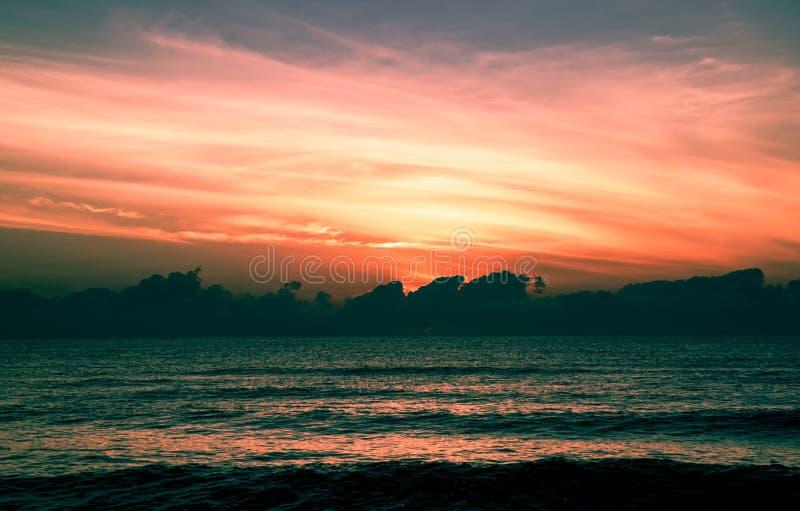 Zeegezicht met mooie zonlichtachtergrond in de ochtendvakantie bij het Strand van Verbodskrut, Zuiden van Thailand royalty-vrije stock afbeeldingen