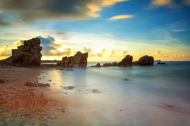 Zeegezicht met natuursteenboog bij zonsopgang royalty-vrije stock afbeelding
