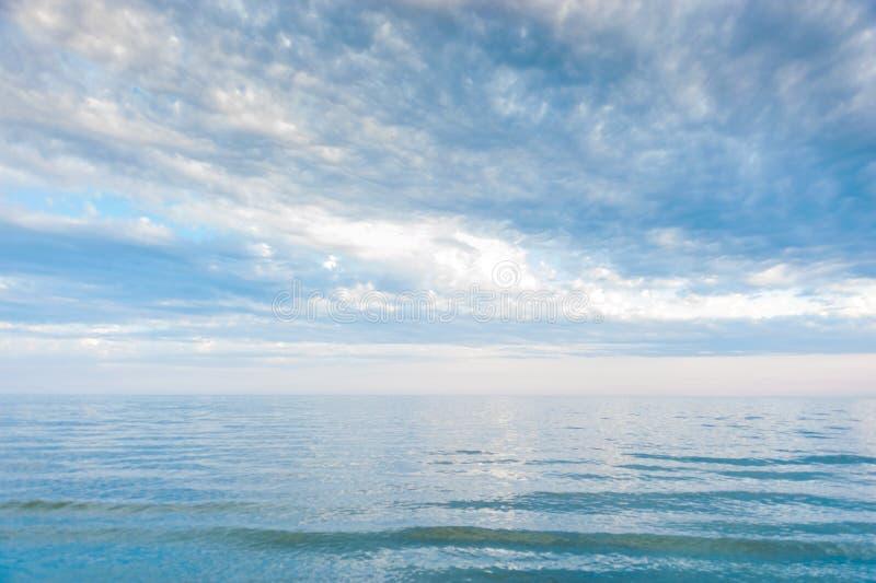 Zeegezicht met overzeese horizon en blauwe hemel Achtergrond De scène van het Painterlyzeegezicht met het ontspannen van zonsonde stock afbeelding