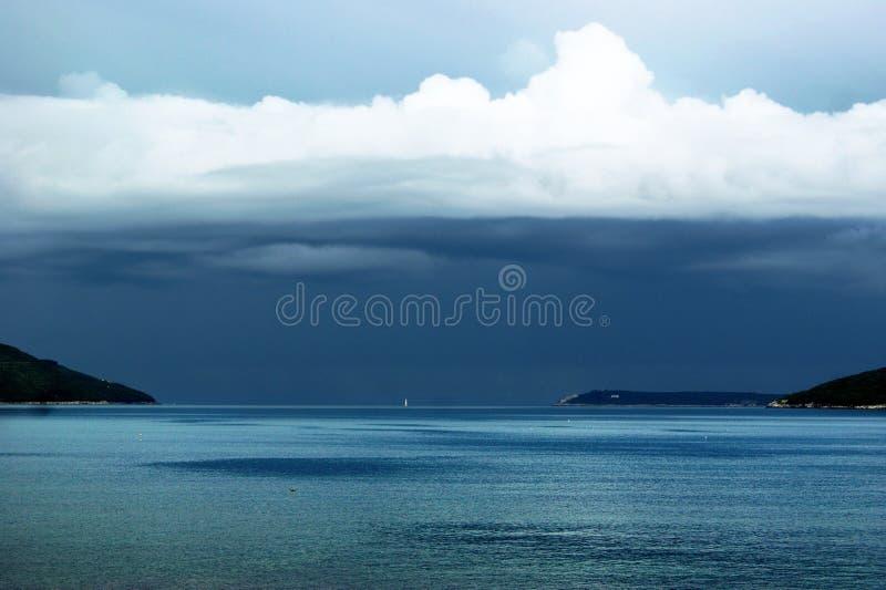 Zeegezicht met stormachtige hemel stock foto