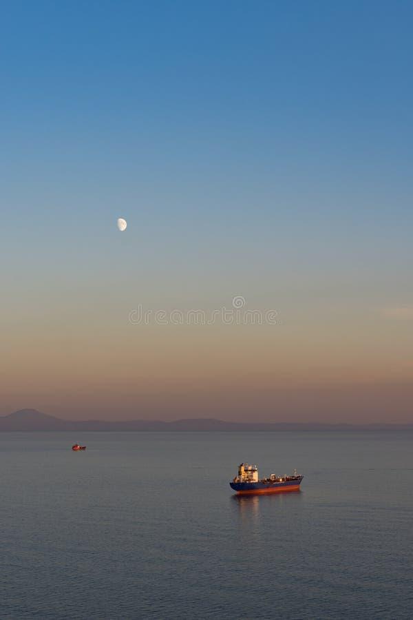 Zeegezicht met tanker en schepen op de achtergrond van het overzees en de kustlijn royalty-vrije stock fotografie