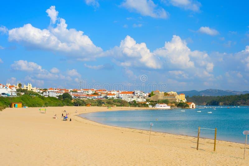 Zeegezicht met traditioneel dorp, Portugal stock foto's