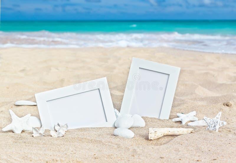 Zeegezicht met twee fotokaders op het strandzand royalty-vrije stock fotografie