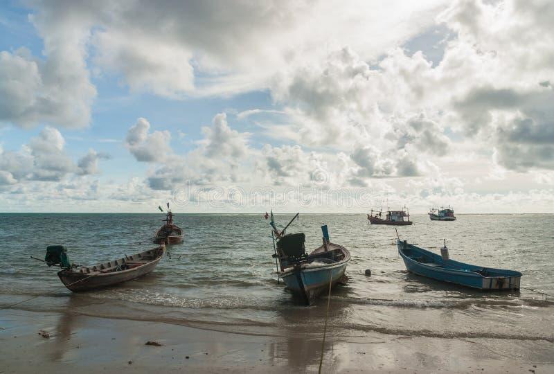 Zeegezicht met vissersboot en onweerswolk stock foto's