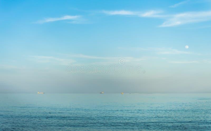 Zeegezicht Nevel op de horizon Maan royalty-vrije stock afbeelding