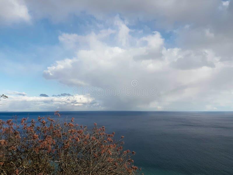 Zeegezicht op witte wolkenachtergrond royalty-vrije stock foto's