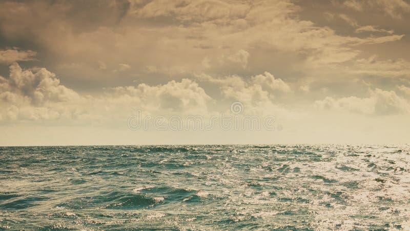 Zeegezicht overzeese horizon en hemel stock afbeeldingen