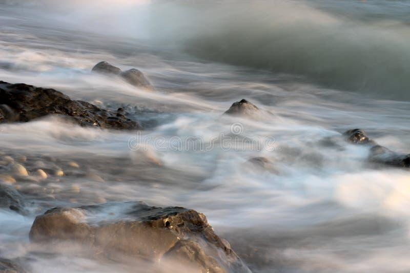 Zeegezicht, overzeese stenen, stenen in water, steen op de kust, overzeese golf, golf en rots royalty-vrije stock afbeelding