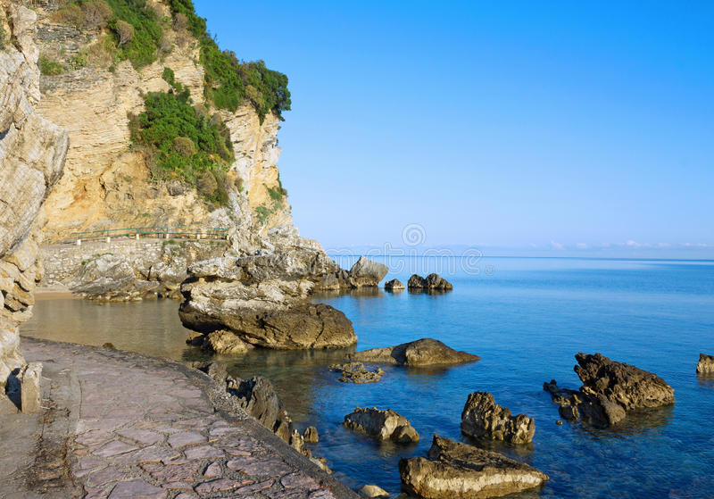 Zeegezicht, strand van Adriatische overzees in de zomer, Budva, Montenegro stock afbeeldingen