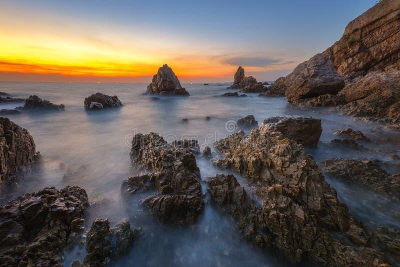 Zeegezicht tijdens zonsondergang De mooie natuurlijke zomer stock afbeelding