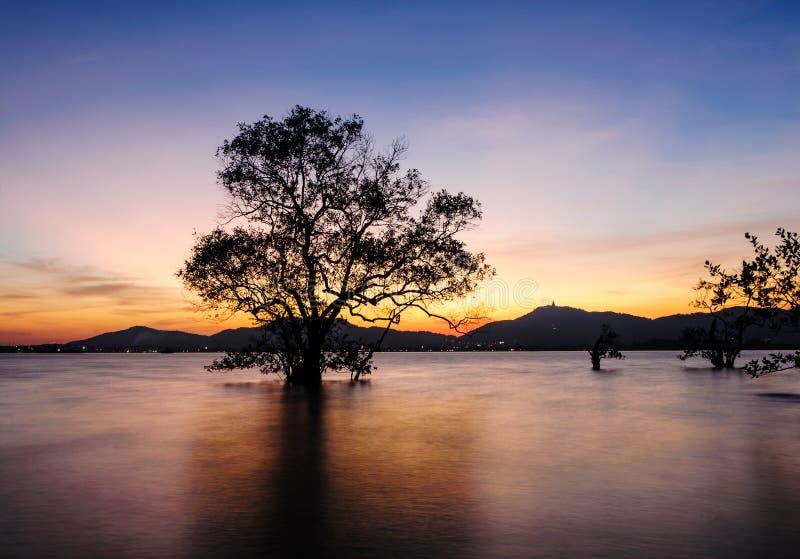 Zeegezicht tijdens zonsondergang Klong Mudong, Phuket Thailand stock foto's