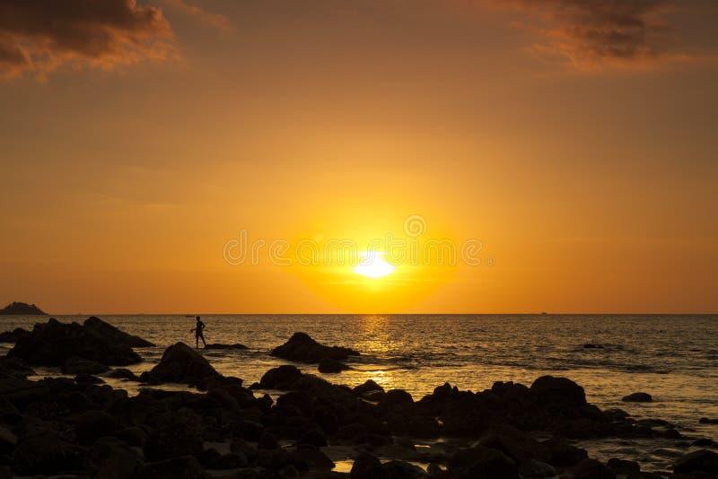 Zeegezicht tijdens zonsondergang, Mooi aardzeegezicht en rotsen royalty-vrije stock afbeeldingen