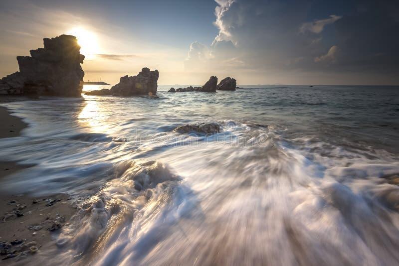 Zeegezicht tijdens zonsondergang Mooi natuurlijk zeegezicht royalty-vrije stock afbeeldingen