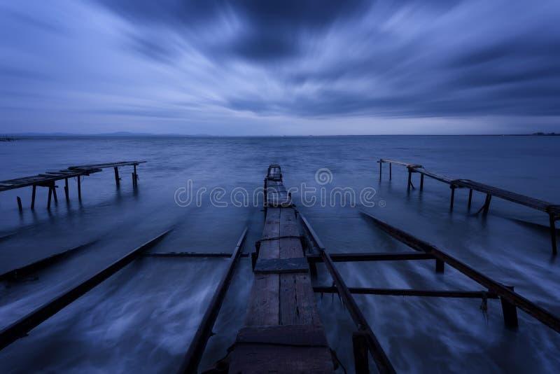 Zeegezicht tijdens zonsondergang Mooi natuurlijk zeegezicht, blauw uur Overzeese zonsondergang bij de kust van de Zwarte Zee stock foto