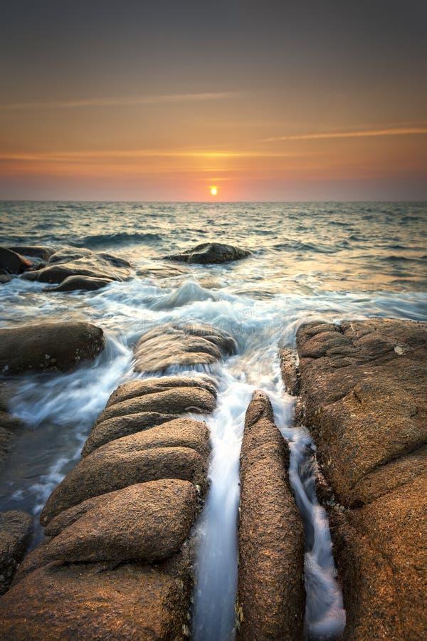 Zeegezicht tijdens zonsondergang Mooi natuurlijk de zomerzeegezicht tijdens zonsondergang stock afbeelding