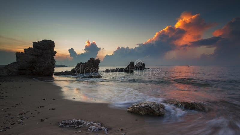 Zeegezicht tijdens zonsondergang Mooi natuurlijk zeegezicht stock foto's