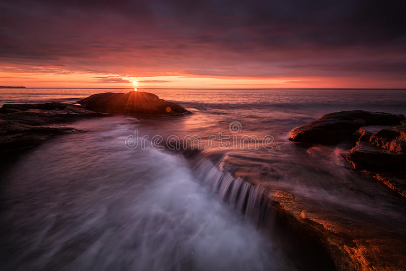 Zeegezicht tijdens Zonsopgang Mooi natuurlijk de zomerzeegezicht royalty-vrije stock afbeelding