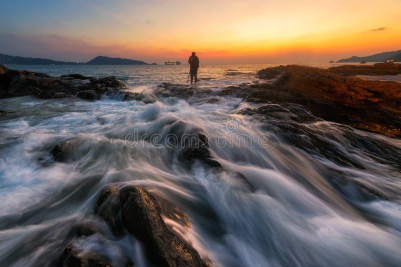 Zeegezicht tijdens Zonsopgang Mooi natuurlijk de zomerzeegezicht stock fotografie