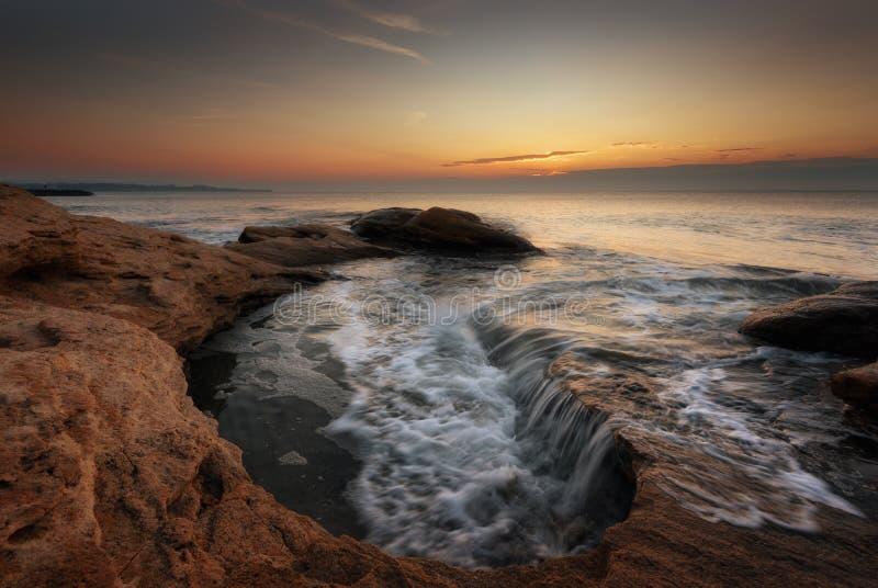 Zeegezicht tijdens Zonsopgang Mooi natuurlijk zeegezicht Overzeese zonsopgang bij de kust van de Zwarte Zee royalty-vrije stock foto
