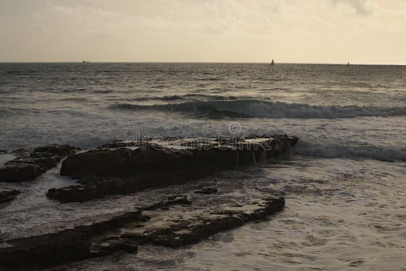 Zeegezicht Twee jachten varen bij het overzees Het gloaming spoedig stock afbeelding