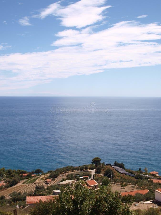 Zeegezicht van het dorpshuizen van Ligurië het kust op heldere dag stock foto's